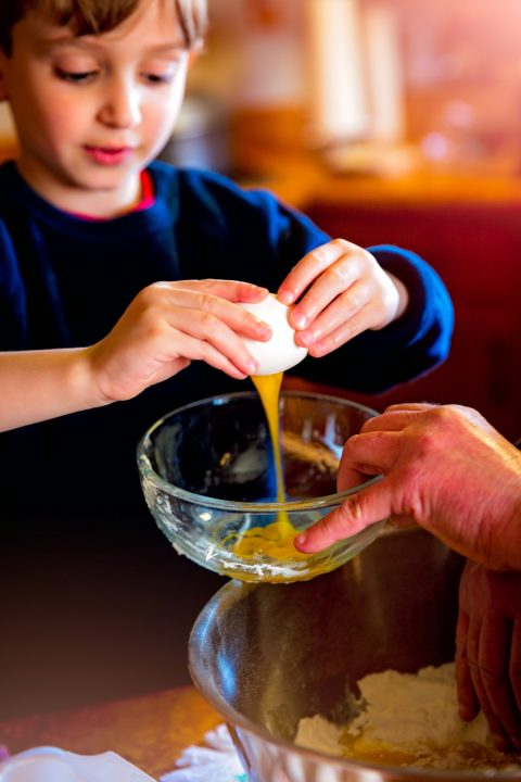 baking_children_cooking_education_grandparents_baker_boy_making-1202784.jpg!d