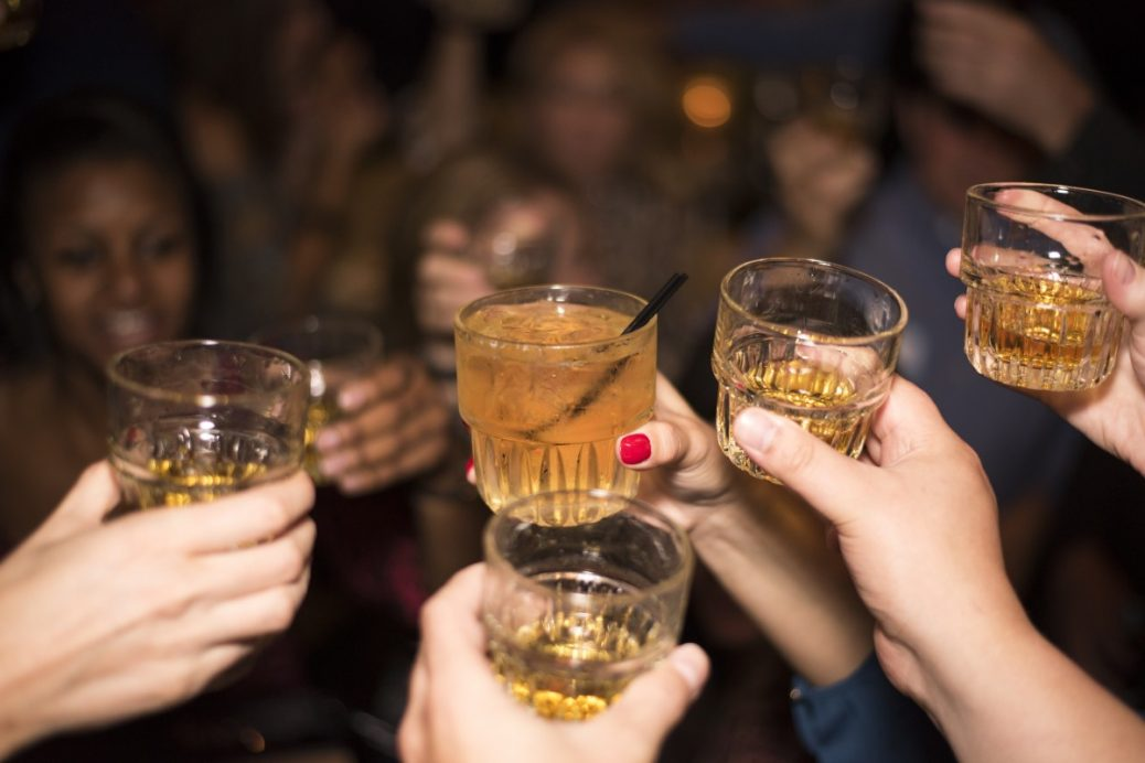 alcohol_whiskey_drink_party_people_cheers_salute_friends-781480.jpg!d